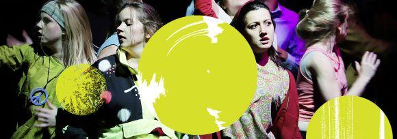 Junge Frauen tanzen auf einer Bühne, drei gelbe Kreise