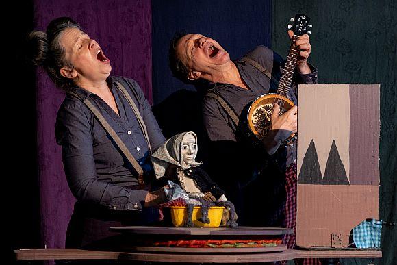 Figurenspielerin und Musiker singen aus voller Brust