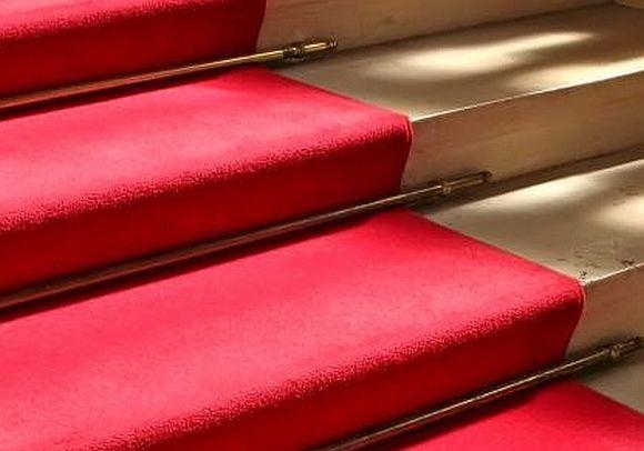 Treppenausschnit mit roten Teppich belegt
