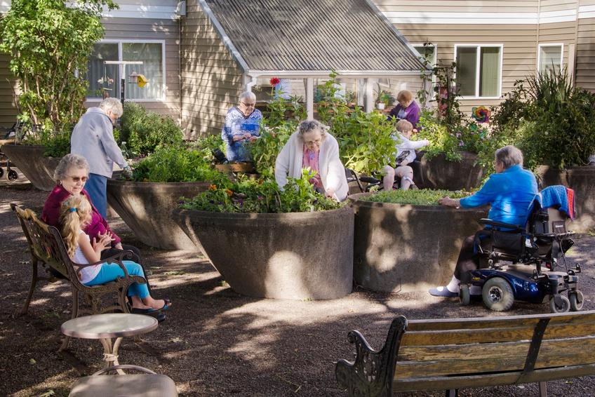 Ältere und Jüngere Menschen im Garten