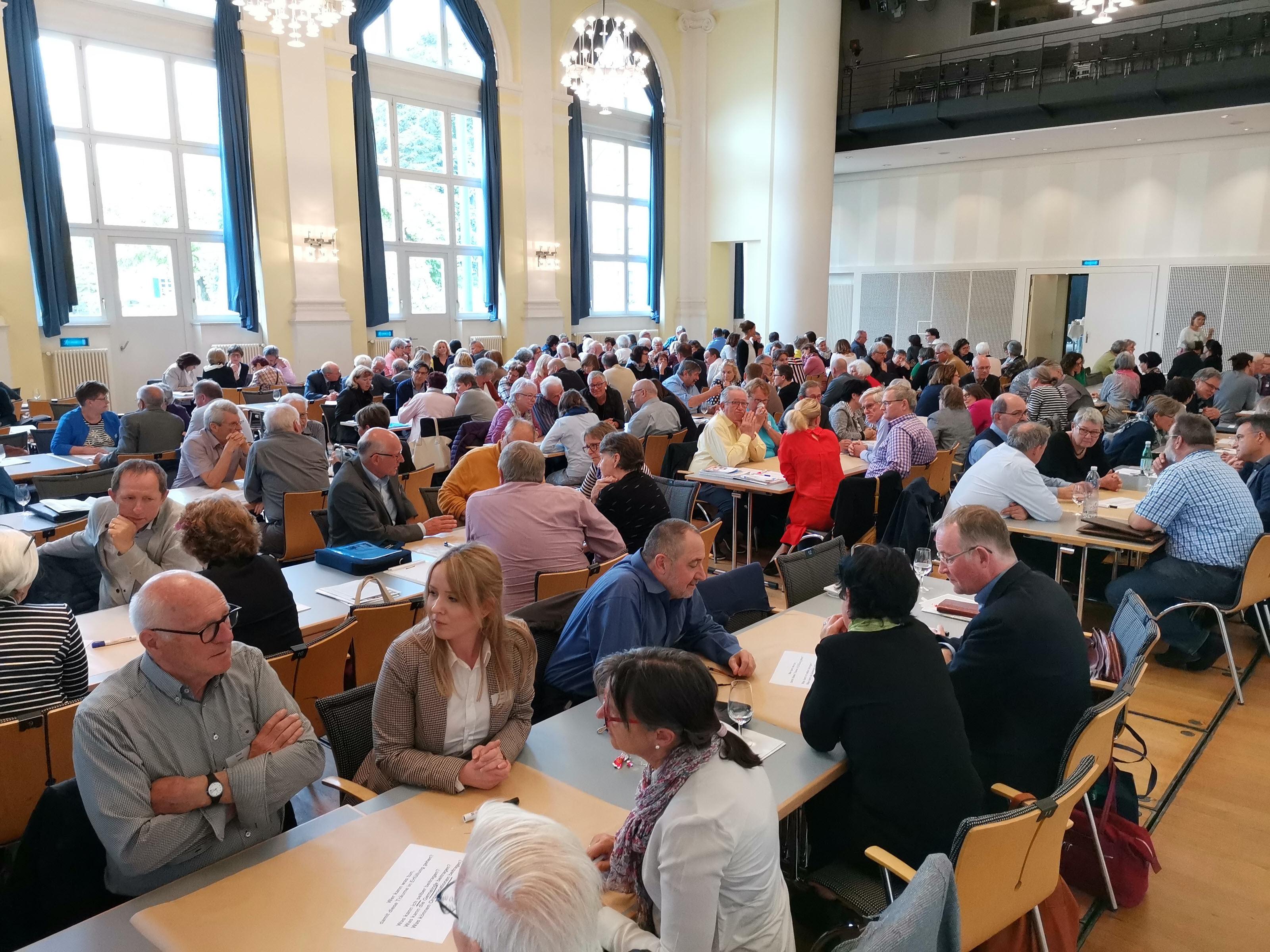 Teilnehmende diskutieren am Alterskongress 2019