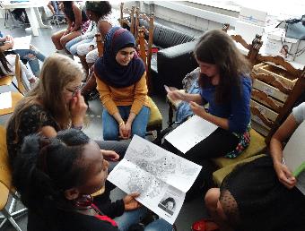 Junge Asylsuchende diskutieren
