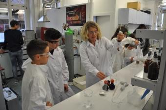 Laborantin mit Schülern am Zukunftstag in der Verwaltung