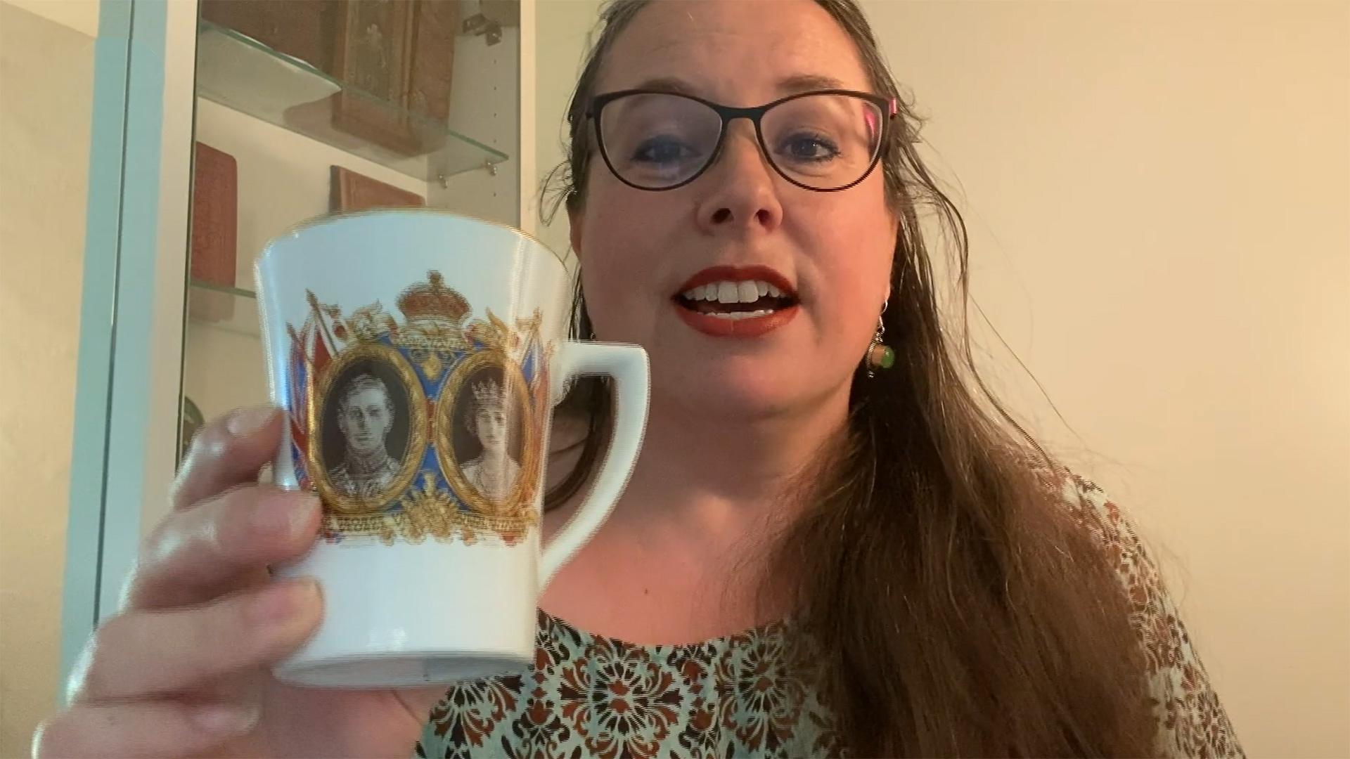 Angela Dettling mit einer besonderen Tasse in der Hand.