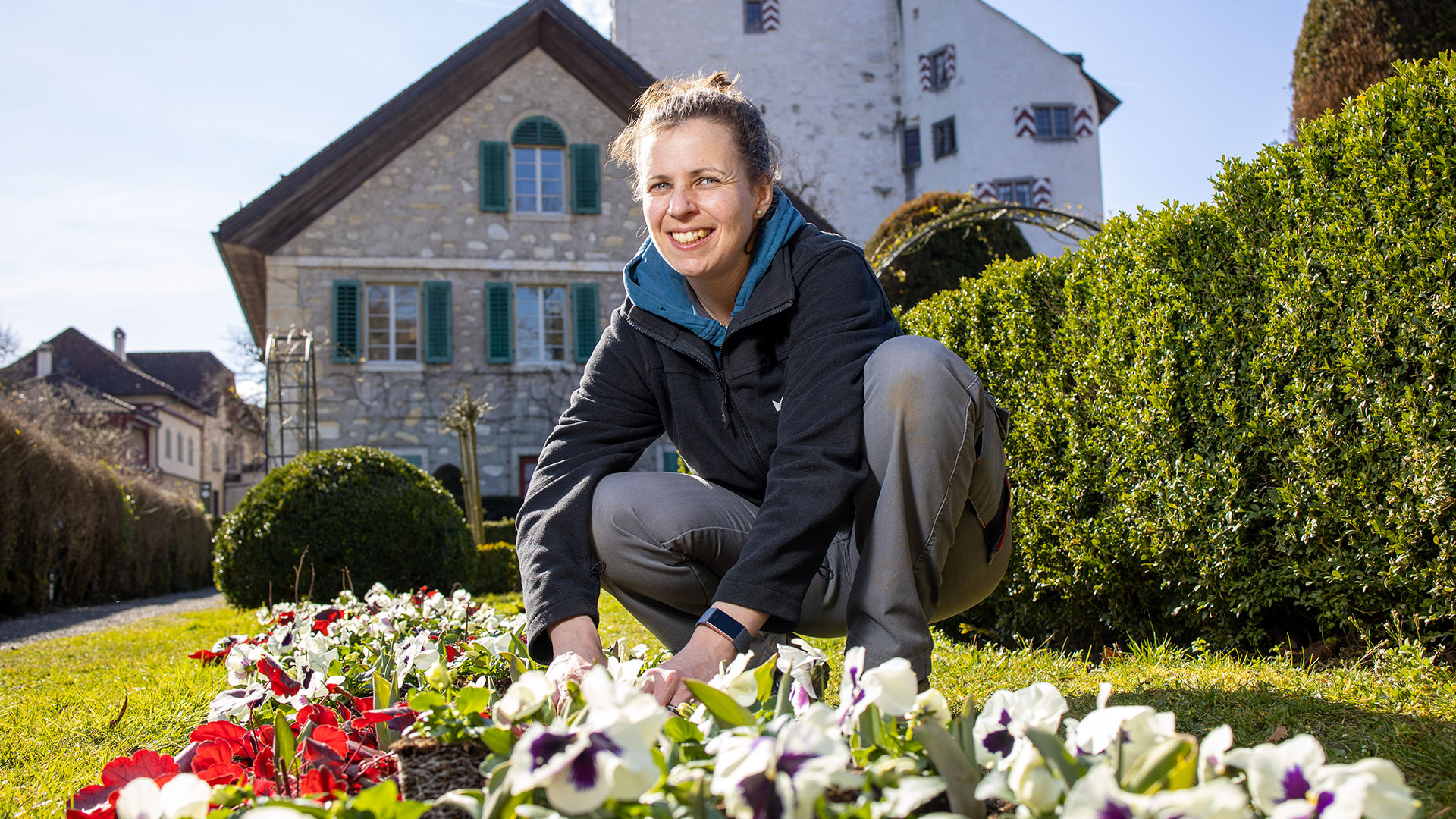 Gärtnerin Melissa Gögele im Rosengarten von Schloss Wildegg