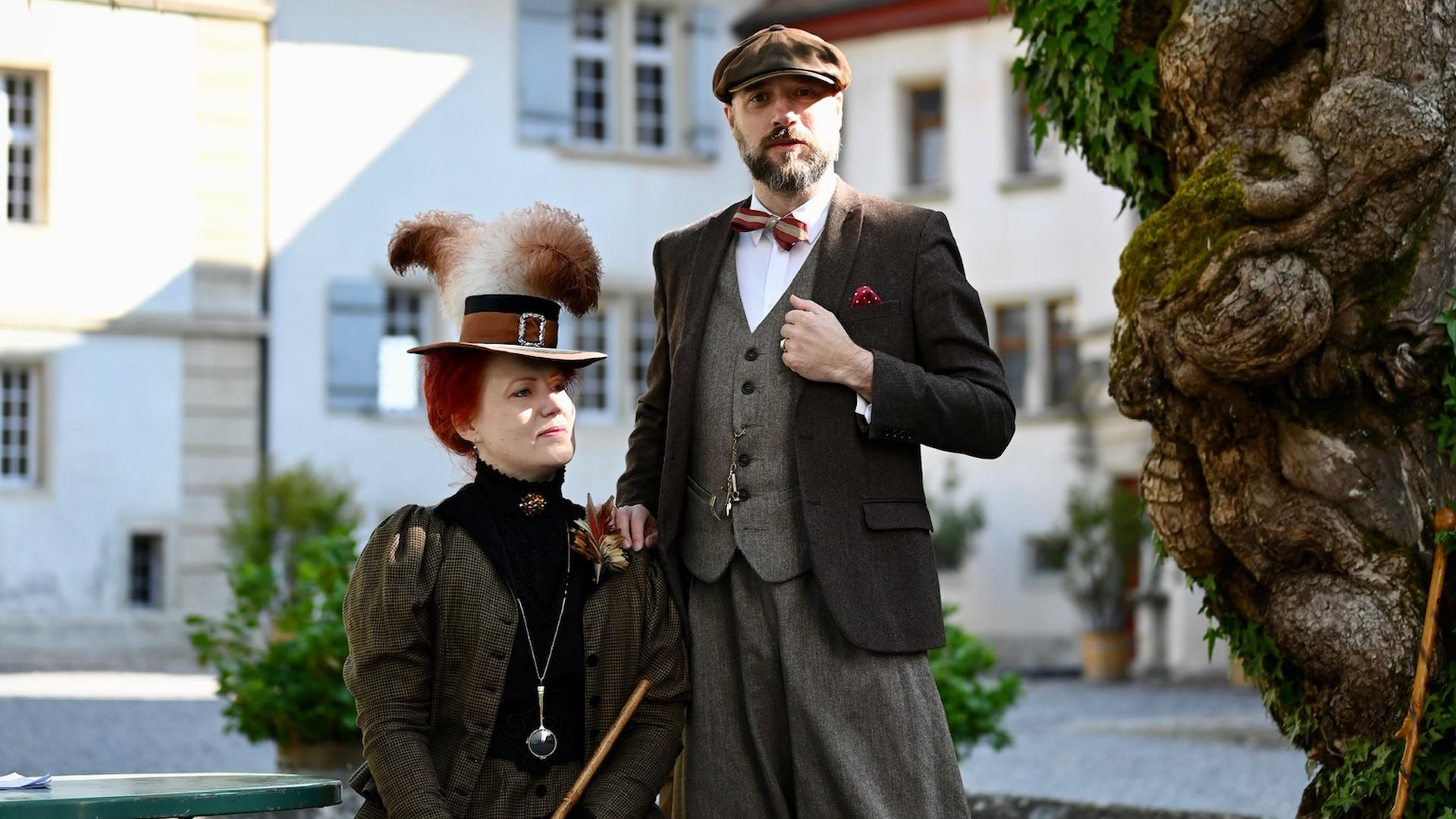 Zwei historisch gekleidete Personen im Hof von Schloss Lenzburg.