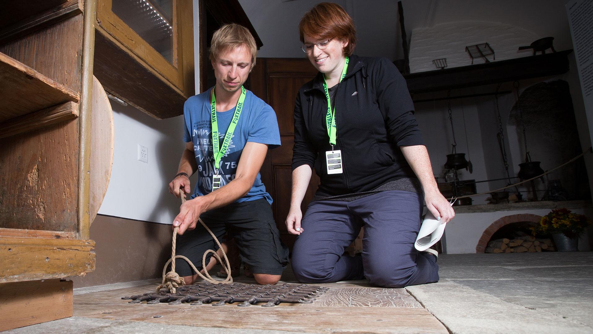 Zwei Foxtrail-Teilnehmer*innen im Schloss Wildegg