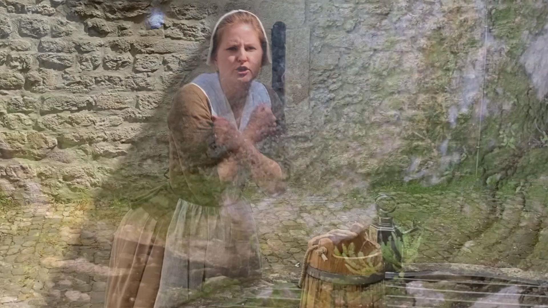 Eine geheimnisvoll gekleidete Frau an einem Brunnen